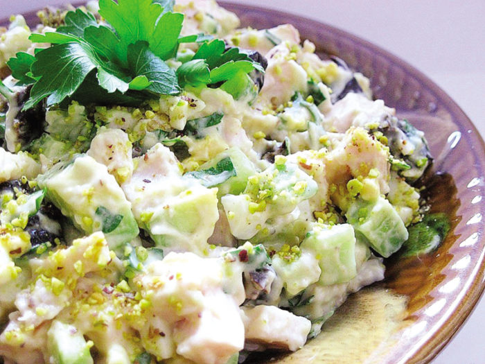 Salat s kurinoy pechenyu i chernoslivom