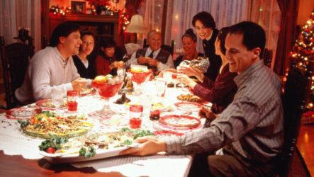 Новогодние развлечения за столом: для взрослых, которые любят играть не меньше, чем их дети