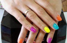 Модный разноцветный маникюр на коротких ногтях