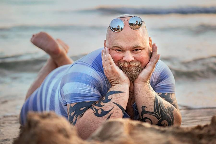 мужчина-душка в купальном костюме в море